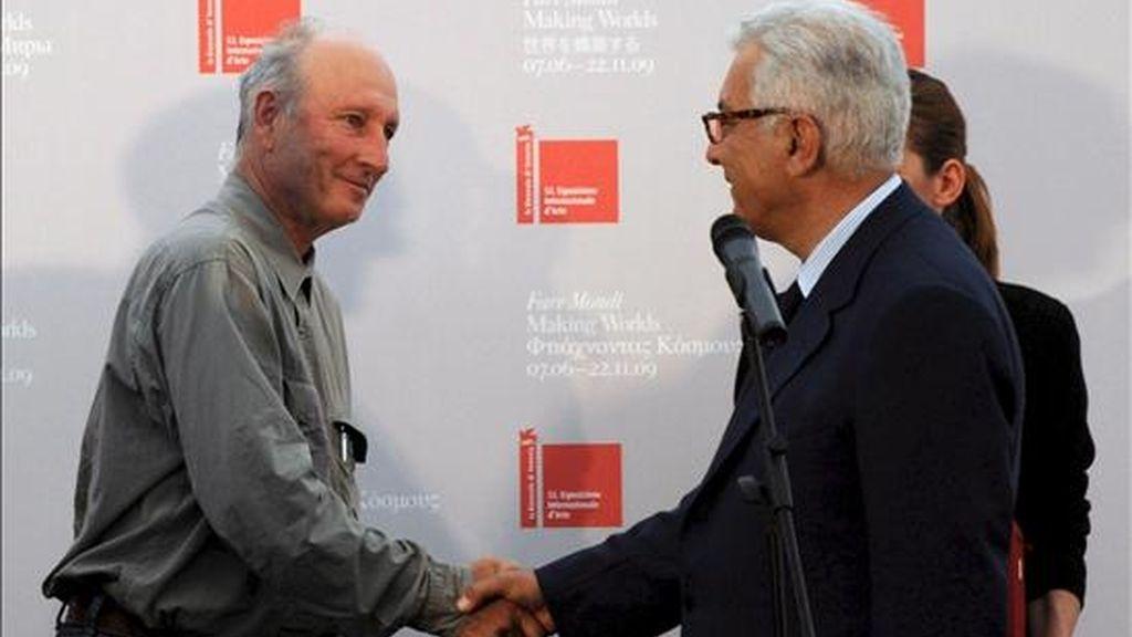 El artista estadounidense Bruce Nauman (izq.) estrecha la mano del presidente de la Bienal de Venecia, Paolo Baratta. EFE