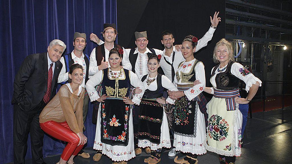 Djokovic enseña el baile regional serbio a la mujer de Tom Cruise