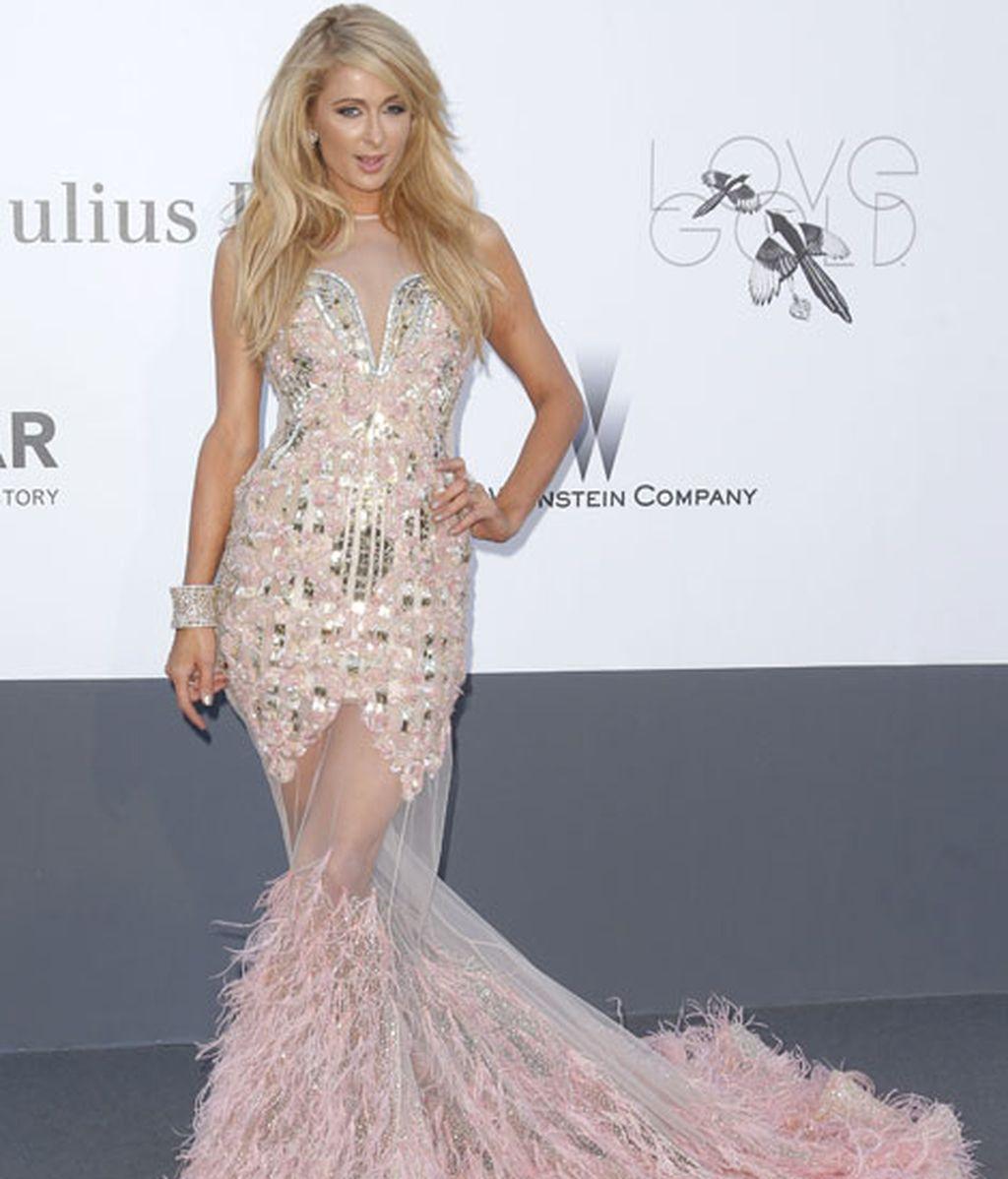 Paris Hilon, de Cavalli en rosa y plata con falda de transparencias y plumas