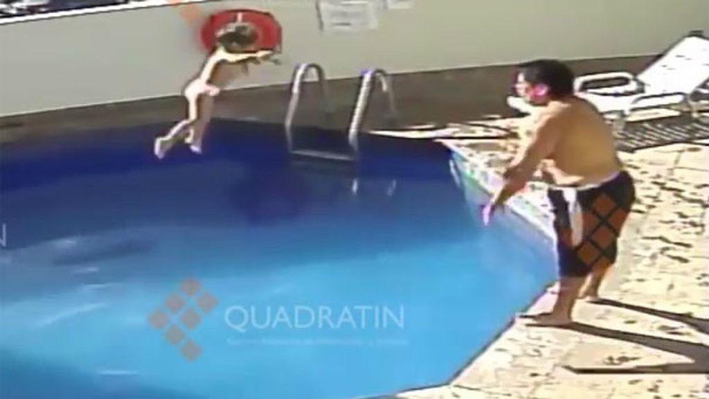Ahoga a su hijastra en una piscina de un hotel de México