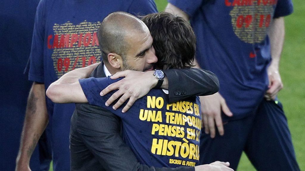 Abrazo entre Guardiola y Krkic