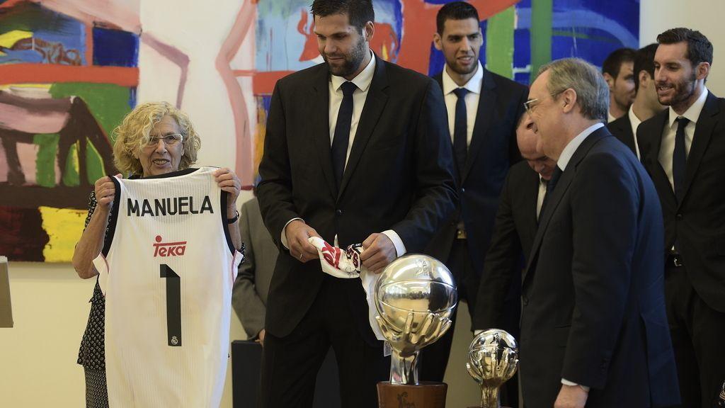Manuela Carmena recibe al campeón de la Liga Endesa