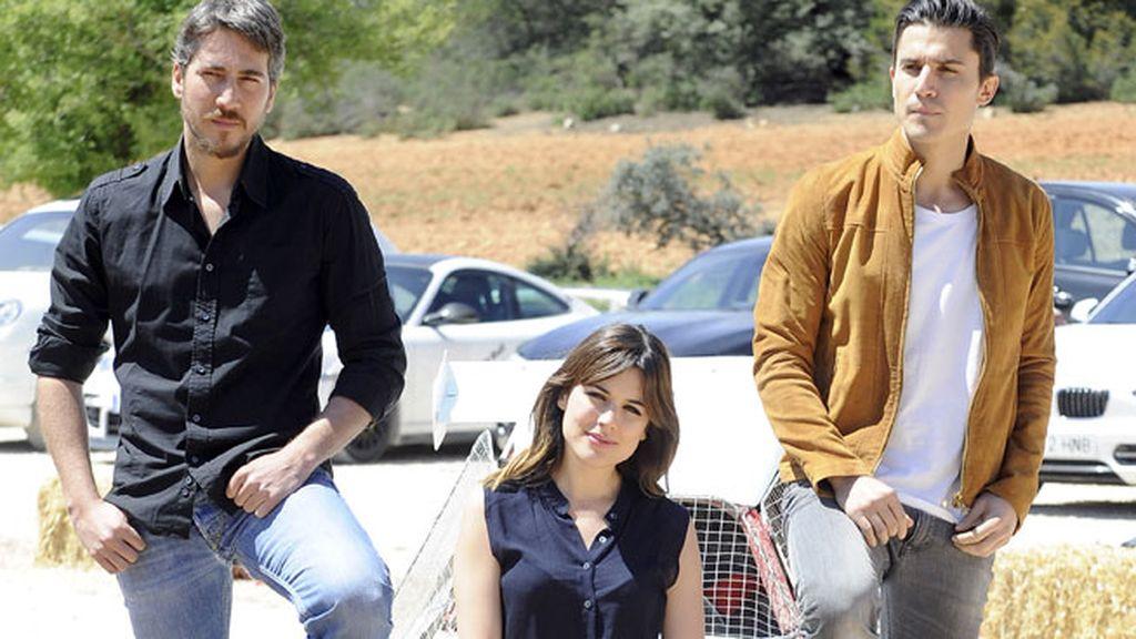 Alberto Ammann, Alex González y Adriana Ugarte, rodeados de coches