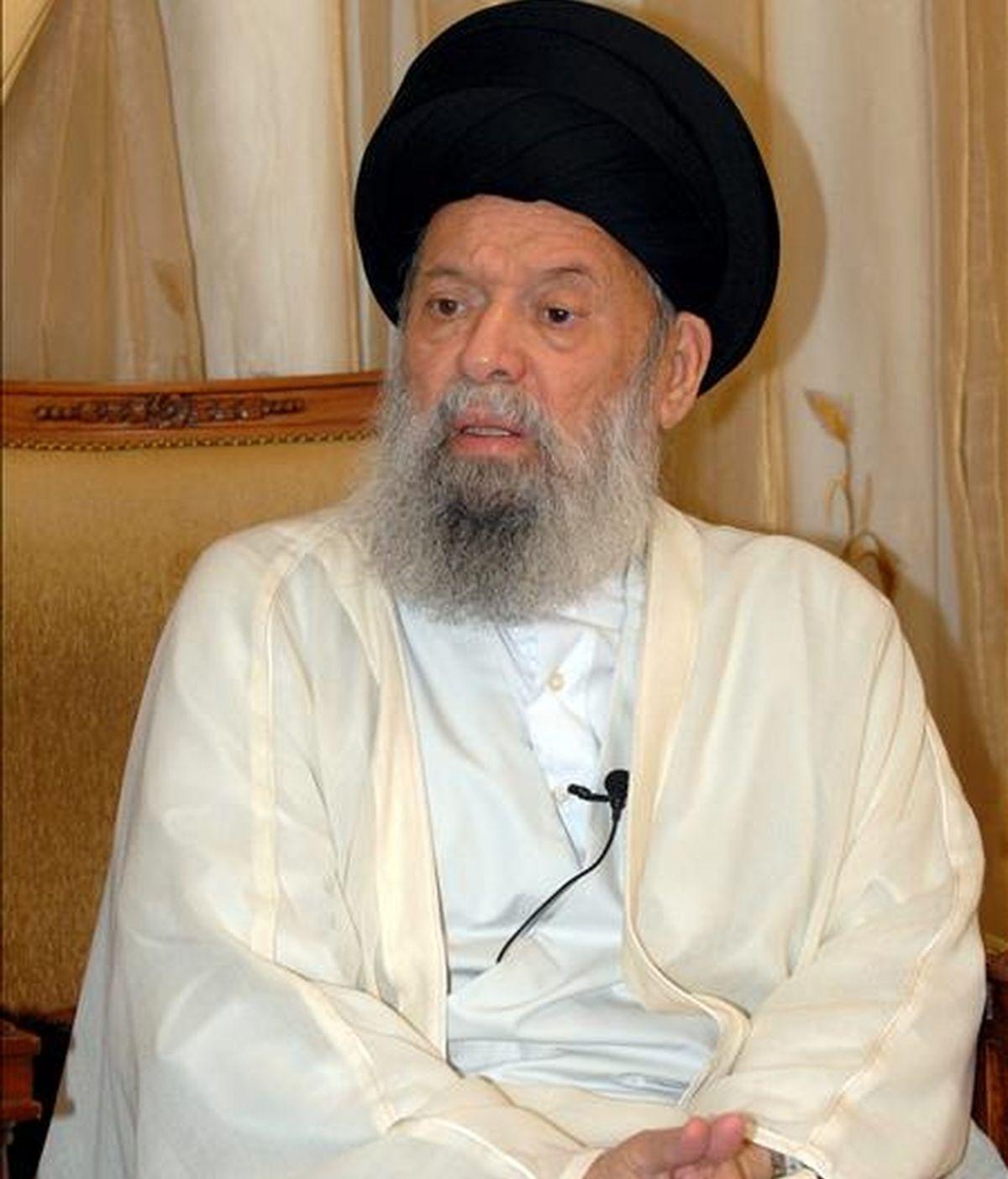 En la imagen, el clérigo chií más influyente del Líbano, el gran ayatolá Mohamad Husein Fadlala, durante un encuentro con la prensa en su casa de Beirut (Líbano). Fadlala, que ingresó en el hospital hace dos días por hemorragias internas, ha fallecido hoy, domingo 4 de julio de 2010, según anunciaron fuentes hospitalarias en Beirut. EFE