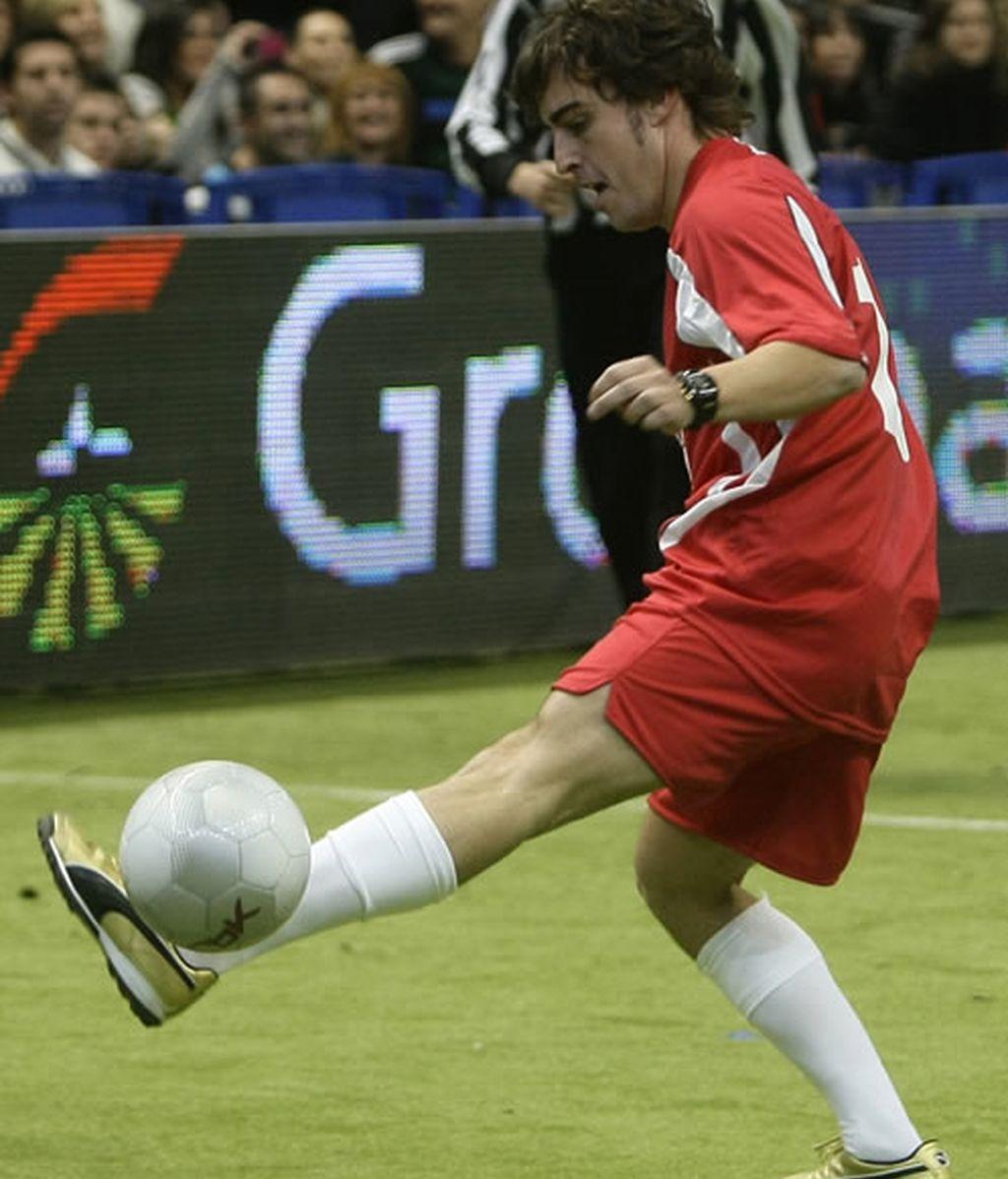 Fernando Alonso jugando al fútbol