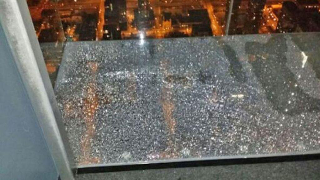 La repisa de cristal del Willis Tower de Chicago se quiebra bajo los pies de unos turistas