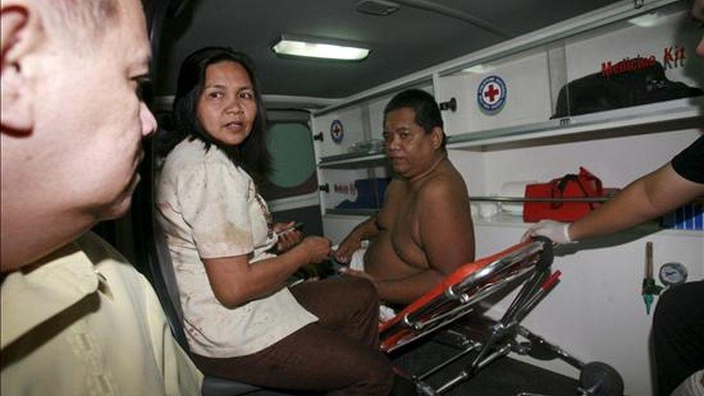 Heridos recibiendo atención médica en una ambulancia tras una explosión en el aeropuerto de Zamboanga, en la isla filipina de Mindanao, este jueves. EFE