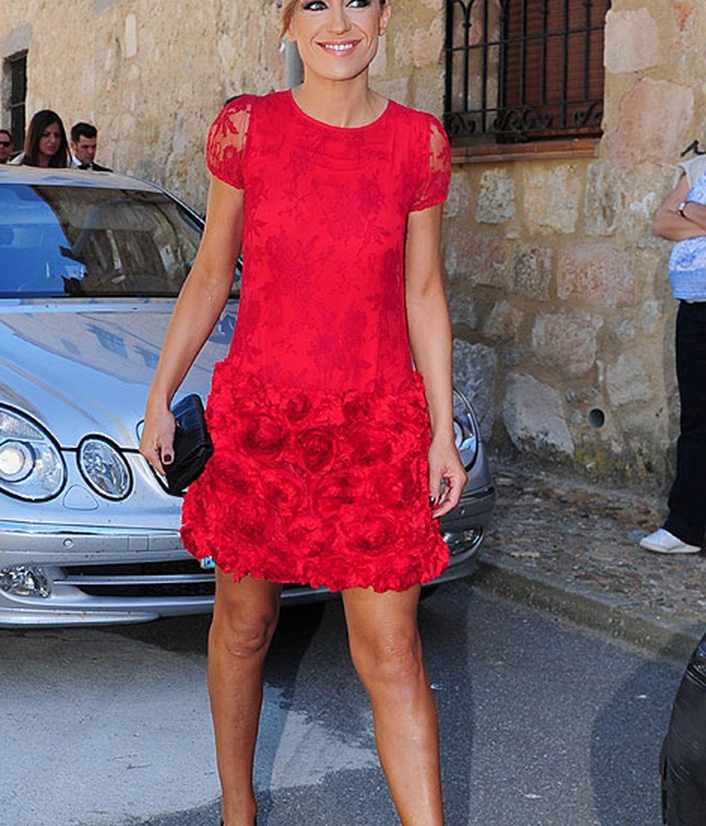 La presentadora Luján Arguelles lució un original vestido rojo