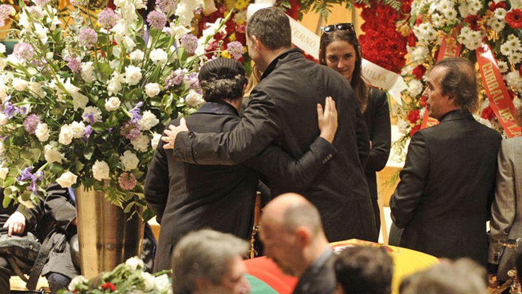 Cariñoso abrazio entre Alejandro Sanz y el Príncipe Felipe