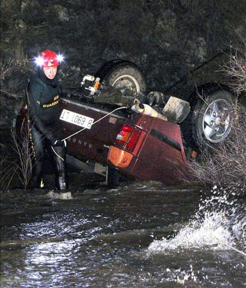 El vehículo en que viajaba el niño con su padre y su hermano fue arrollado por el agua en el río Alcudia. Vídeo: Informativos Telecinco.