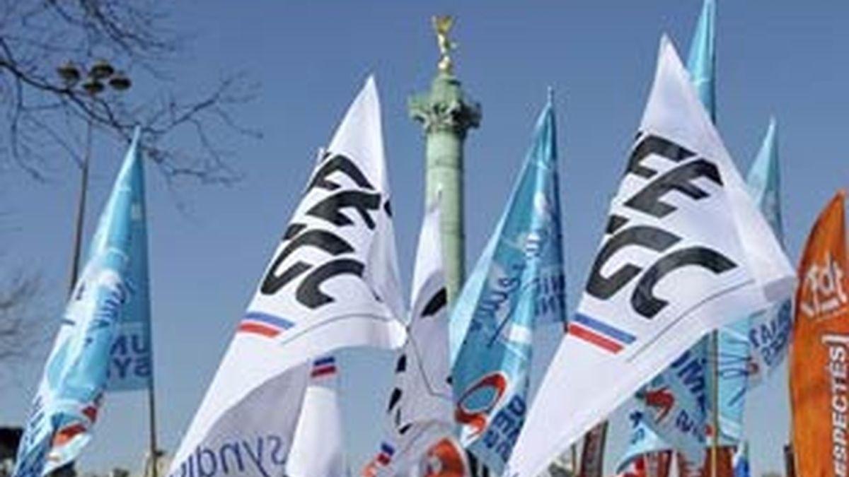 Varios manifestantes ondean banderas durante una manifestación de trabajadores en París. Foto: EFE/Archivo