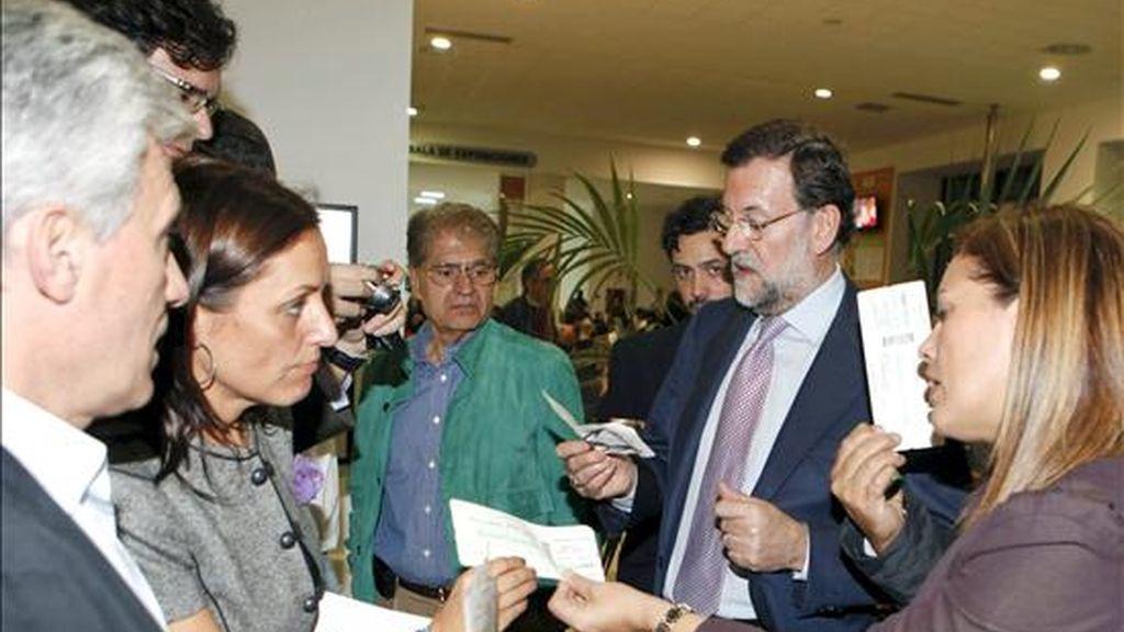 Imagen facilitada por el Partido Popular, del presidente de los populares Mariano Rajoy (2d), que ha quedado atrapado en el Aeropuerto de Lanzarote por el cierre del espacio aéreo canario, después de que los controladores aéreos españoles hayan abandonado sus puestos de trabajo alegando problemas físicos. EFE