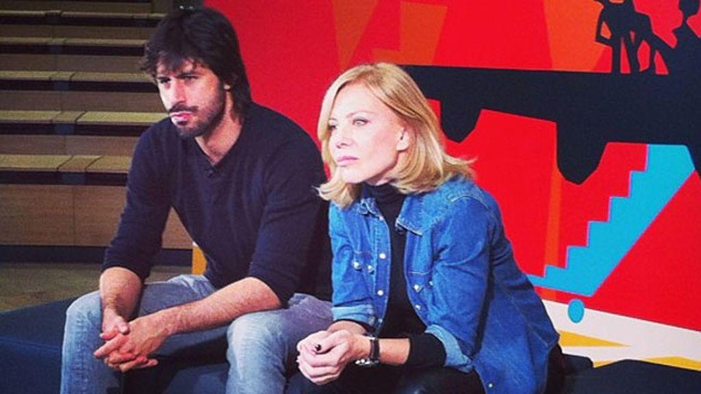 Cecilia Roth y Hugo Silva observando atentamente a sus amigos