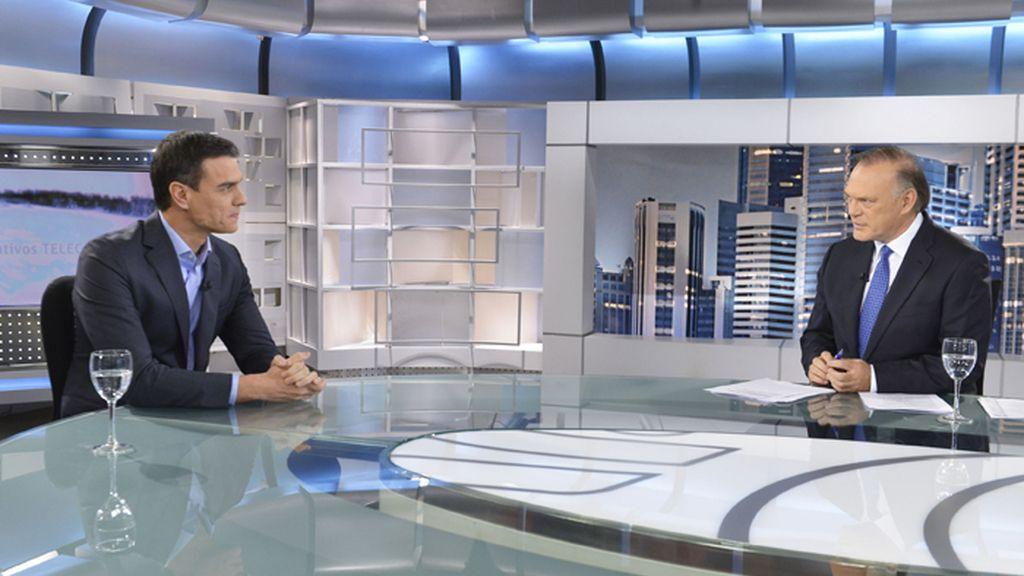 Pedro Sánchez en el plató de Informativos Telecinco con Pedro Piqueras