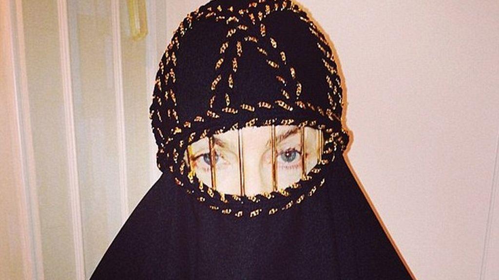 Madonna se cubre con un burka negro con barras sobre los ojos