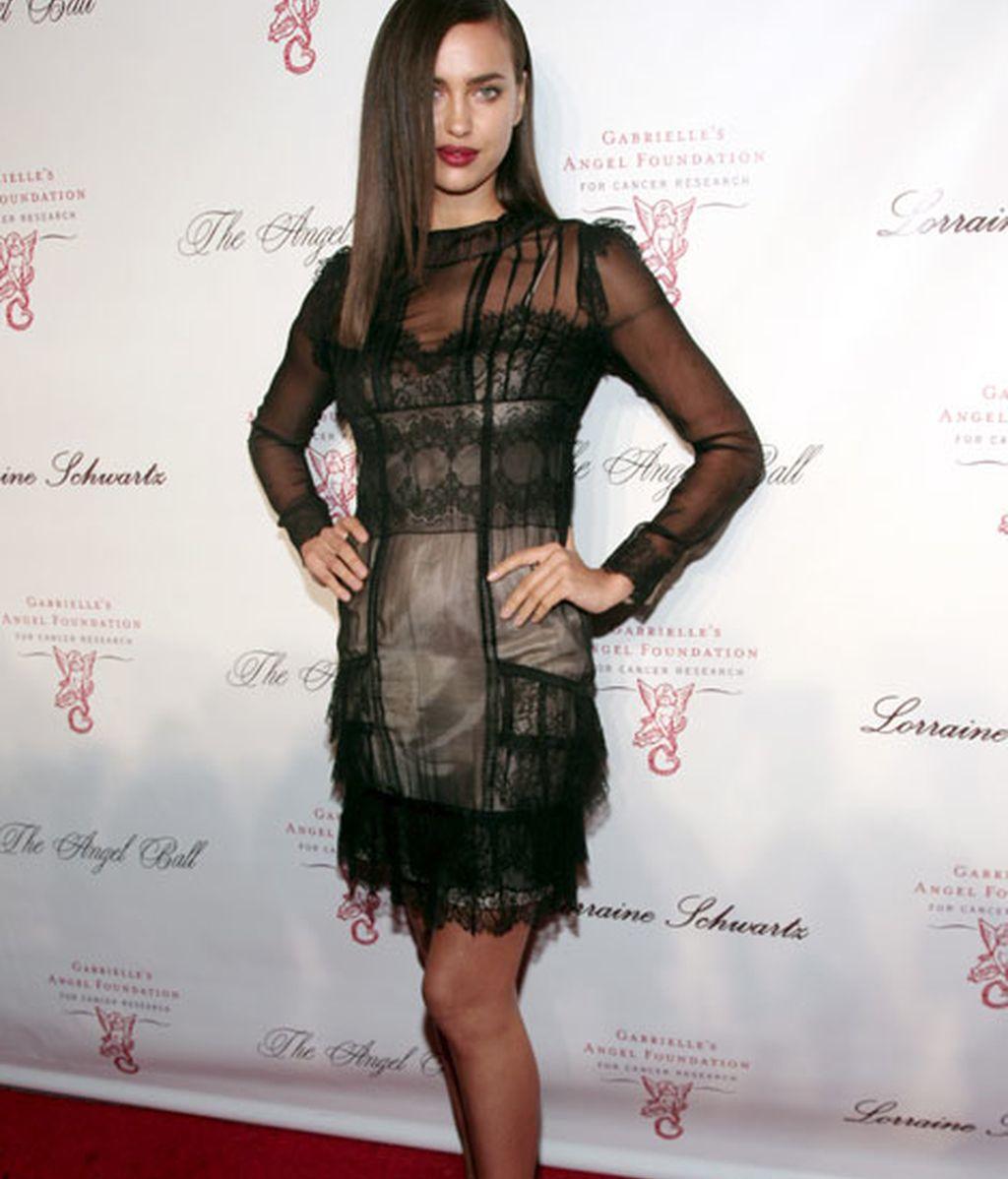 Irina Shayk, con un 'look' muy Miércoles Adams