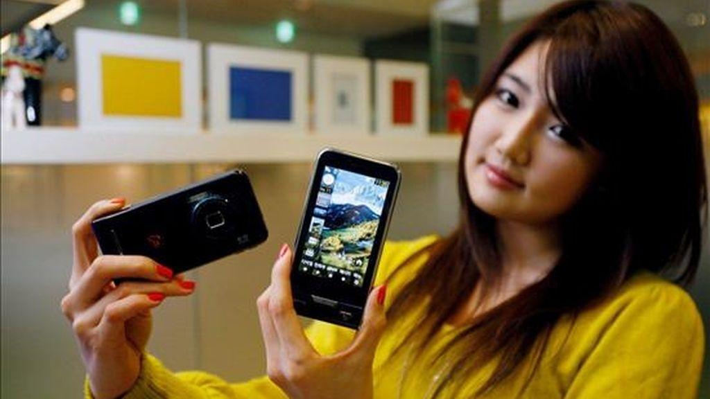 """Una modelo posa durante la presentación del teléfono móvil """"HAPTIC 8M"""" de pantalla táctil de Samsung Electronics Co. EFE/Archivo"""