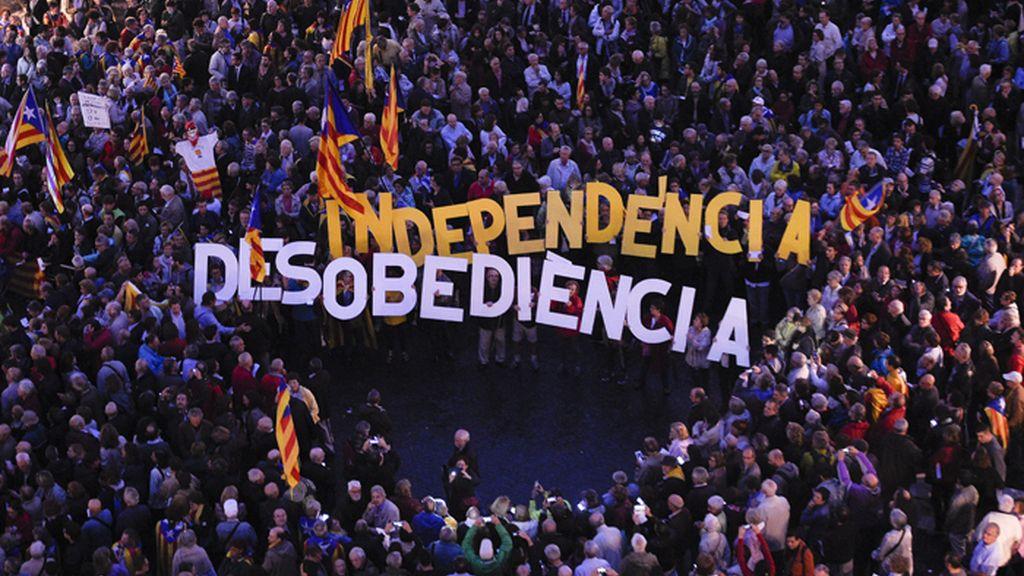 Manifestación en la Plaza de Sant Jaume en apoyo a Ortega y Rigau tras declarar por su papel en el 9N
