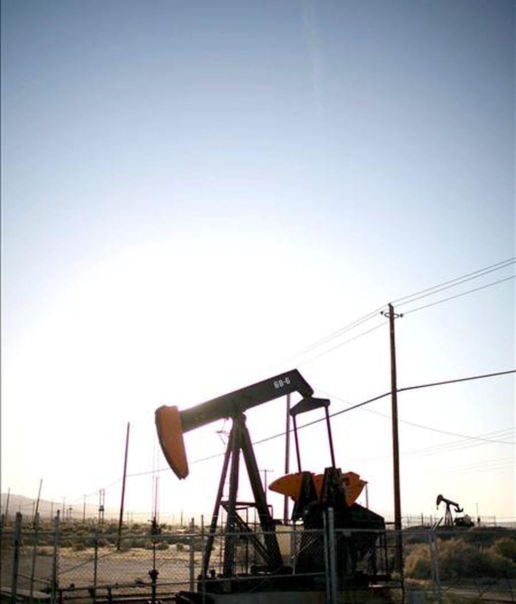 Una bomba de extracción en un campo petrolífero cerca de Taft, California, EEUU. EFE/Archivo