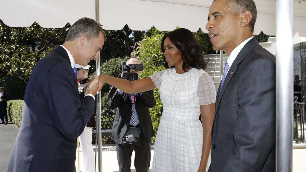 El rey Felipe VI saluda a la mujer del presidente norteamericano, Michelle Obama