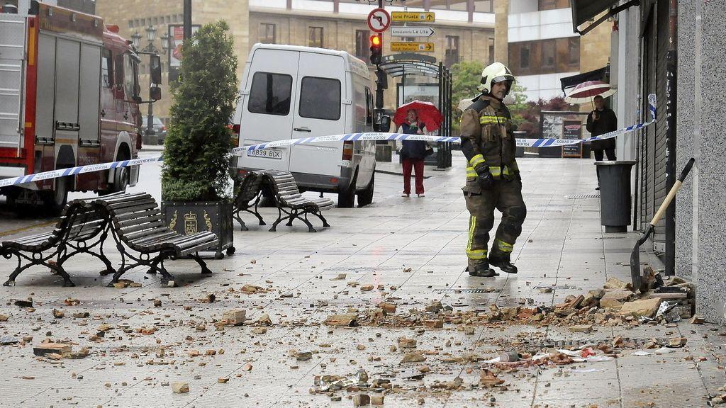 Fallece una mujer al caerle encima parte de una fachada en Oviedo