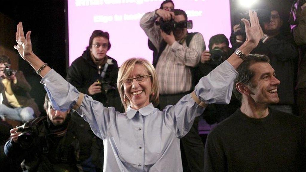 La líder de UPyD, Rosa Díez (c), junto al actor Toni Cantó (d), durante el acto de presentación realizado hoy en el Teatro Alcázar de Madrid de los candidatos con los que debutará la formación en las elecciones autonómicas y municipales de mayo próximo. EFE