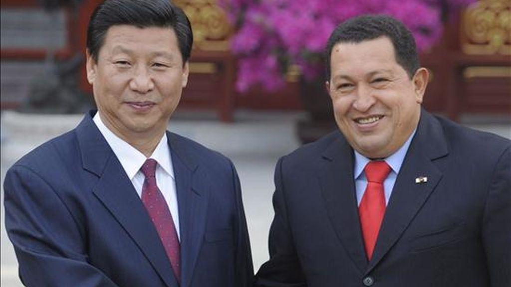 El presidente venezolano, Hugo Chávez (dcha), estrecha la mano al vicepresidente chino, Xi Jinping, durante la reunión mantenida hoy en Pekín. EFE