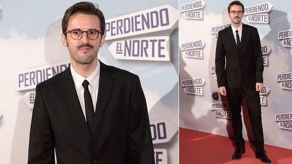 El protagonista de 'Perdiendo el Norte', Julián López, con traje y corbata negra
