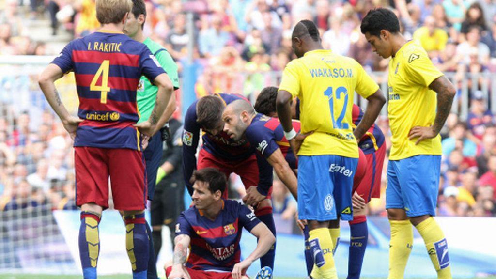 Messi lesionado siendo atendido
