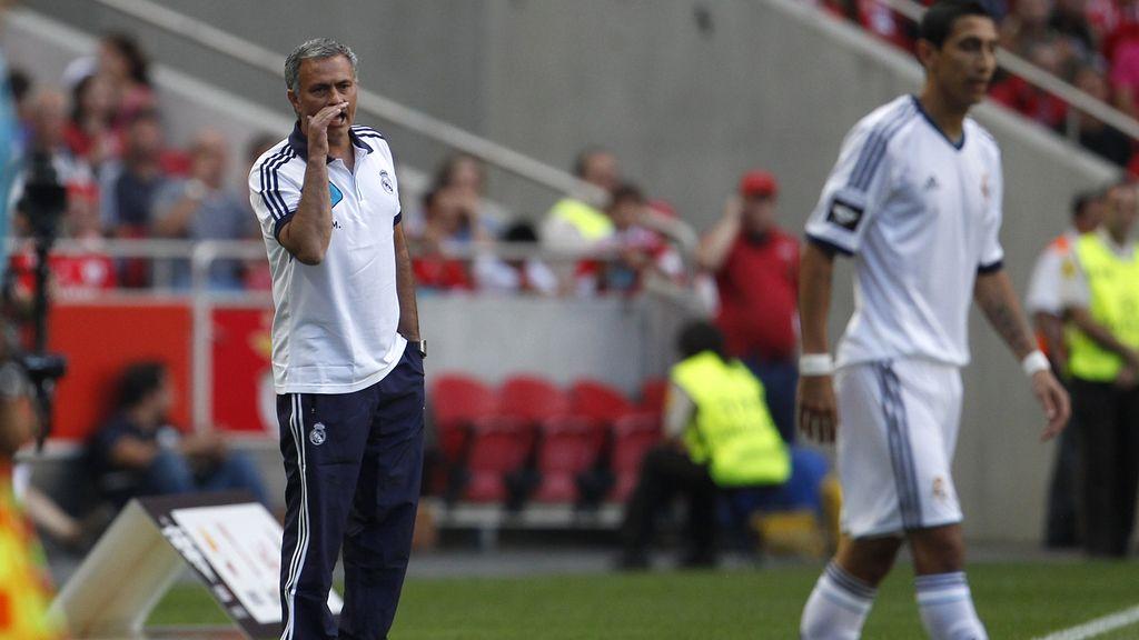 José Mourinho da instrucciones a Di Maria durante el encuentro ante el Benfica
