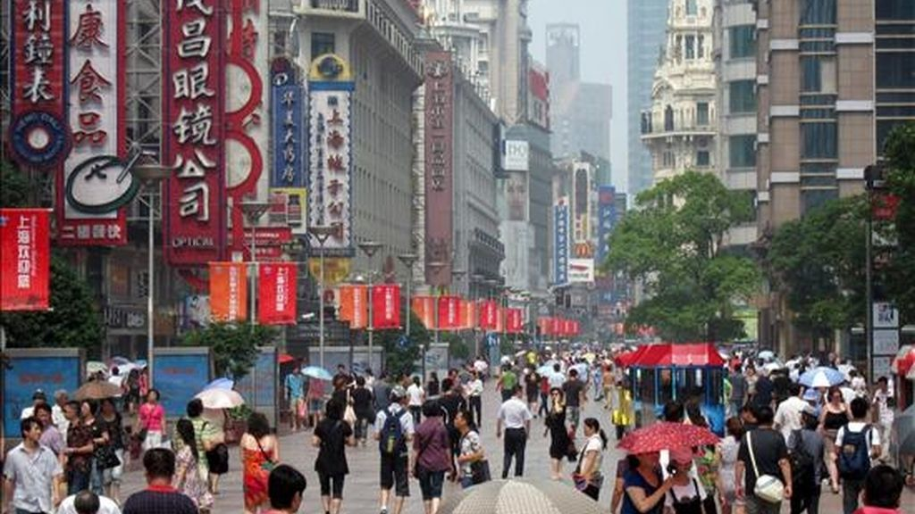 Vista de la calle Nanjing, la principal avenida de Shanghái (China). EFE/Archivo