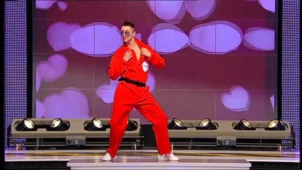 Bailando como Elvis y vestido de preso