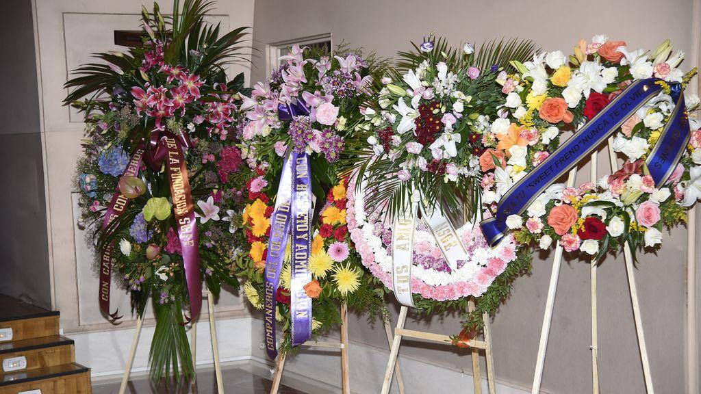 Coronas de flores para despedir a Ana Diosdado