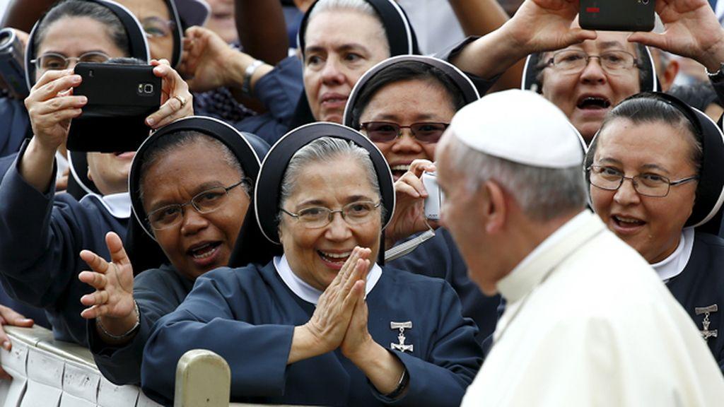El papa saluda a una monjas el la plaza de San Pedro