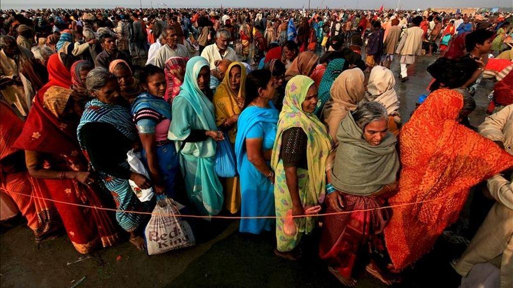 Peregrinos indios esperan para tomar un baño sagrado en la desembocadura del río Ganges, en la isla de Sagar, estado indio nororiental de Bengala, durante la celebración del 'Makar Sankranti', uno de los festivos más importantes en el calendario hindú, hoy. EFE