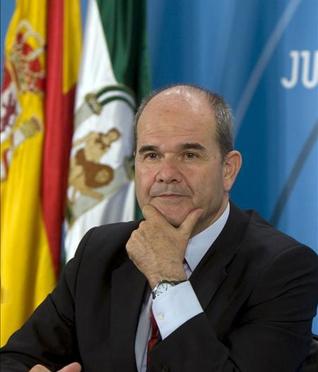 El vicepresidente tercero y ministro de Política Territorial, Manuel Chaves, inicia hoy en Galicia una gira decisiva por las comunidades autónomas. En la imagen, Chaves durante una intervención. EFE/Archivo