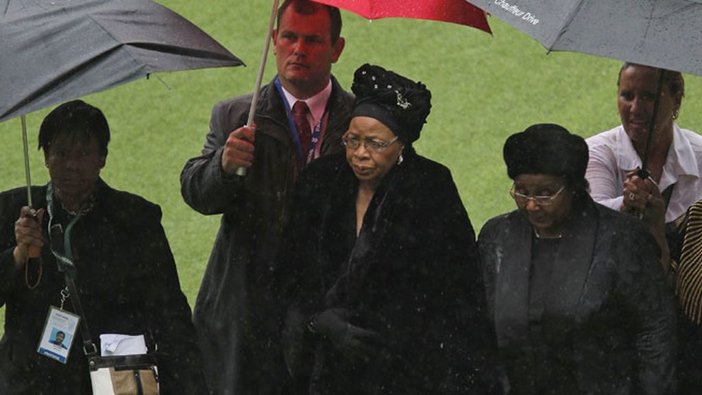 Graca Machel, en el centro del estadio, bajo la intensa lluvia que cayó durante la ceremonia