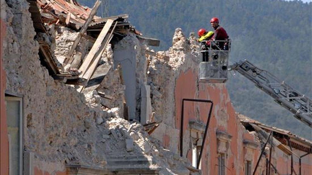Miembros de los servicios de rescate de Italia inspeccionan las ruinas del Palacio del Gobierno de L'Aquila tras resultar casi destruido en su totalidad en el terremoto del pasado 6 de abril. EFE/Archivo