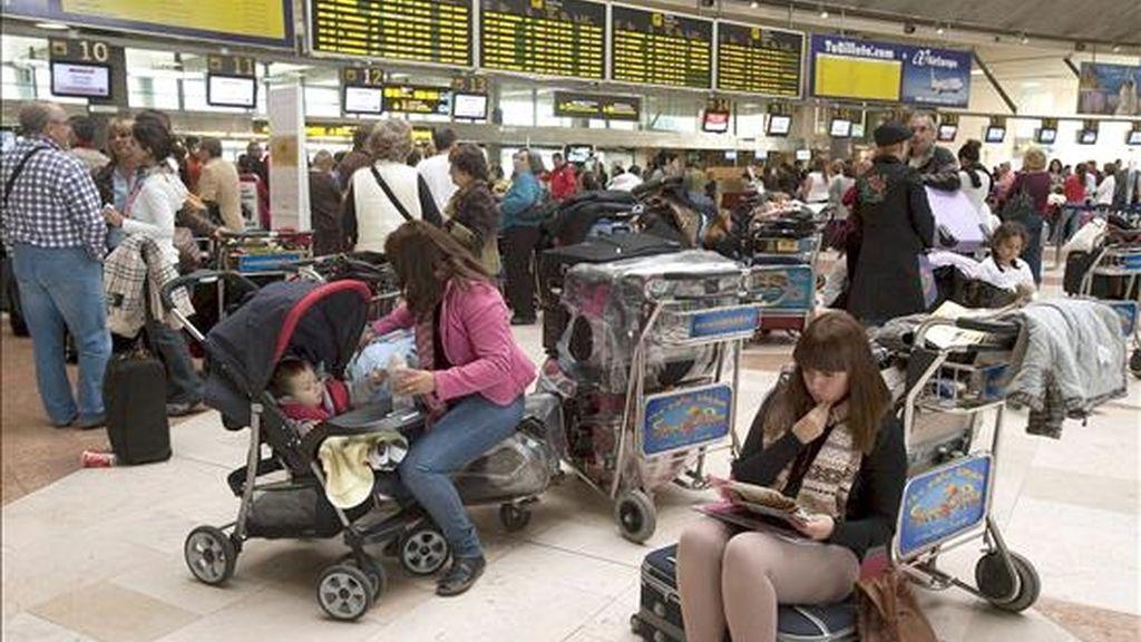 Numerosos pasajeros esperan información sobre sus vuelos en el aeropuerto de Tenerife Norte, que permanece sin actividad a causa del abandono de los controladores de sus puestos de trabajo. EFE