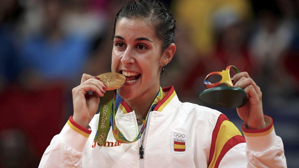 Carolina Marin posa con su histórica medalla de oro