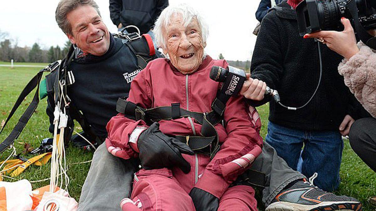 Una mujer celebra su cien cumpleaños saltando en paracaídas