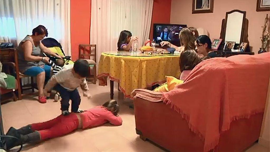 Andrea, Lucía y Nacho dependen de su madre para todo
