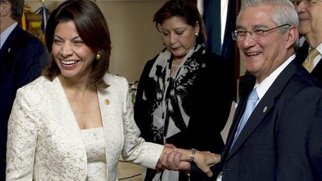 La presidenta de Costa Rica, Laura Chinchilla,conversa con el ministro de Asuntos Exteriores guatemalteco, Haroldo Rodas, al inicio del desayuno de trabajo que han mantenido los presidentes de países centroamericanos con la delegacion española,encabezada por el Rey Juan Carlos. EFE