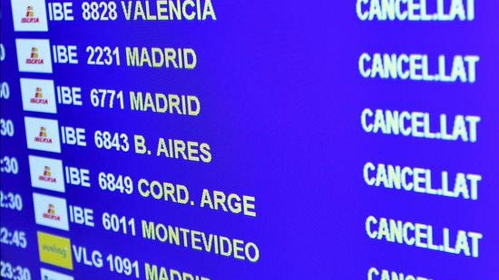 Vista de un panel en el aeropuerto de El Prat, en Barcelona, en el que se informa de la cancelación de todos los vuelos, después de conocer que todo el espacio aéreo español se encuentre cerrado por el abandono masivo de los controladores de sus puestos de trabajo, menos Andalucía. EFE