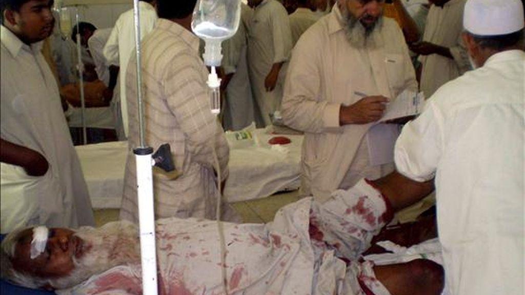 Un hombre herido hoy en un ataque con granadas contra una tienda, perteneciente a un miembro de la comunidad musulmana suní, recibe tratamiento médico en un hospital de Dera Ismail Khan, localidad situada en la Provincia Fronteriza Noroeste, en Pakistán. EFE