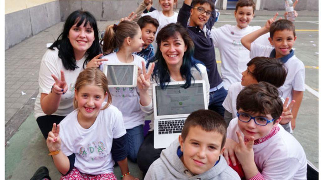 Luz Rello, al centro, rodeada de niños disléxicos en un colegio de Zaragoza en octubre 2016