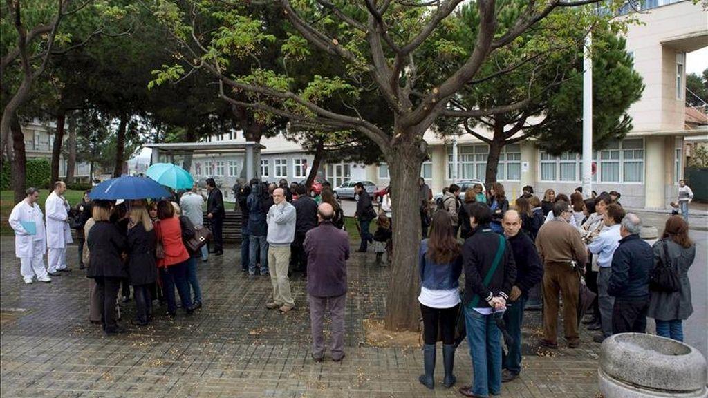 Concentración en la Corporación Sanitaria Parc Taulí de Sabadell en homenaje al médico catalán Antonio Gavarro, primo del presidente de la Generalitat, Artur Mas, y compañero de trabajo, asesinado el miércoles pasado en Nigeria. EFE