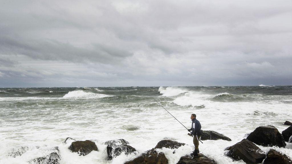 Un pescador desafía al huracán