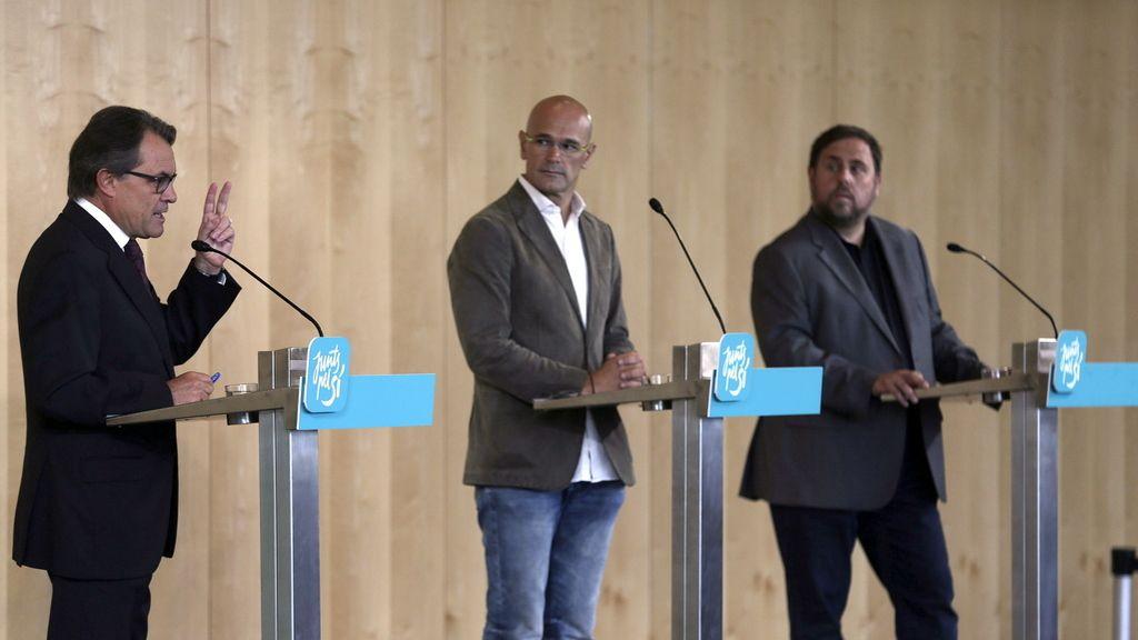 Los candidatos de Junts pel Sí, Oriol Romeva, Artur Mas y Oriol Junqueras dan una rueda de prensa para medios internacionales y corresponsales extranjeros