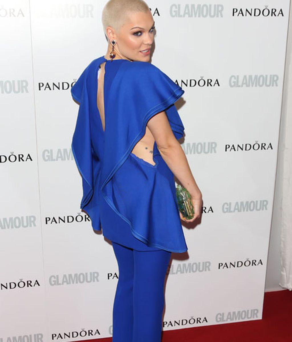 Jessi J, de azul eléctrico con escote infinito en espalda